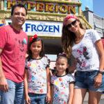 Omar y Argelia se divierten con sus hijas en Disneyland Resort en Anaheim