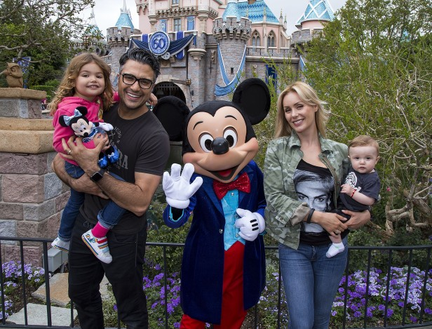 Los Camil con Mickey Mouse frente al Castillo de la Bella Durmiente. Foto: Paul Hiffmeyer/Disneyland Resort
