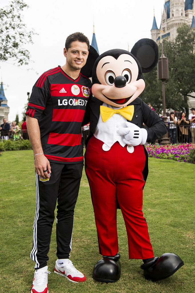disneyland-chicharito-theshowbizlive